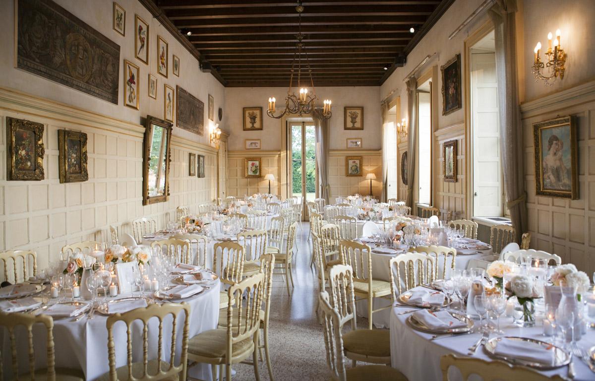 Allestimento tavoli matrimonio cena color rosa pesca - il Velo e il Cilindro Wedding Planner Milano